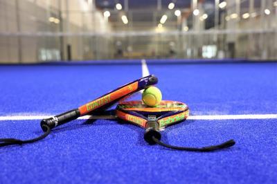 Padelbollen ser ut som en tennisboll men är inte en enäggstvilling. Skillnaderna i utseende är så pass små att man inte ser dem med blotta ögat, men padelbollen har ett lägre tryck vilket gör att den har lägre studs.