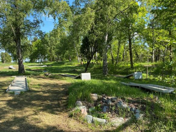 Minigolfbanan gömde sig under högt gräs och vildvuxna buskage.