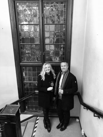 Nina Rönnberg och Ulf Månsson har all anledning att fira med en skål i Champagne! I två år har de väntat på att få nyckeln till Villa Skoga. Torsdagen den 20 november 2019 var dagen som drömmen slog in!