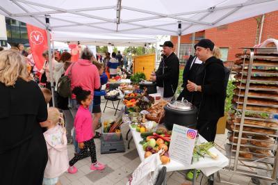 Många av kommunens verksamheter, såsom skolor och förskolor, har numera fått egen kock och kan därmed få maten tillagad på plats. Några av dem fanns på plats för att visa hur inspirerande maten faktiskt kan vara, även med begränsad budget.