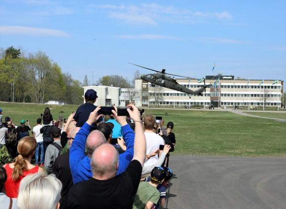 Medan skotten smattrade och helikoptern dånade hade publiken fullt upp att hålla koll på vad som hände. Det var hög spänningsfaktor på uppvisningen och mycket som hände hela tiden!