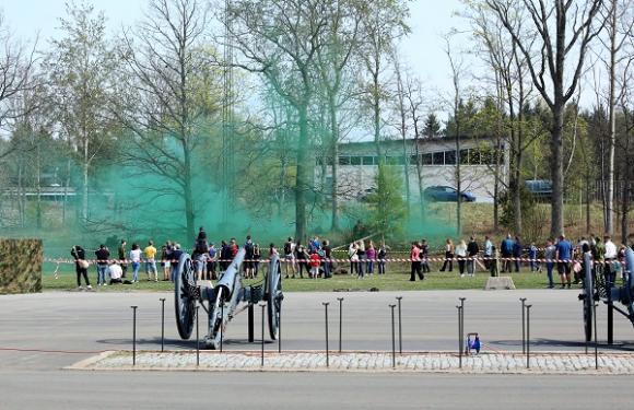 Grön rök välde ut från rökgranaten för att tydligt markera för helikopterpiloten var förbandet och den skadade befann sig.