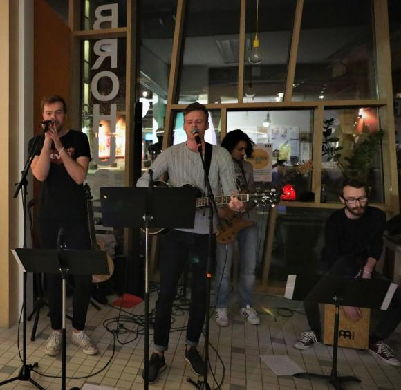Mind of Mark spelade och sjöng som avslutning på Earth hour-programmet.