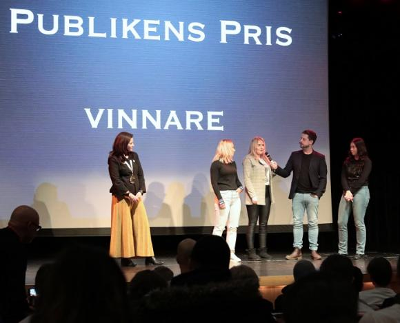 Firefighter UF vann mentometeromröstningen och tilldeleades Publikens Pris. Åsa Sammeli, en av skolans rektorer, delade ut priset.