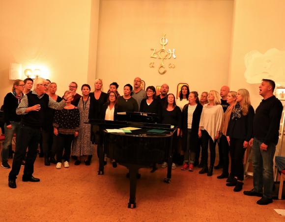 Alvar Nilsson, som syns långt till vänster i bild, firar 50 år som körledare i Kungsängen. Här övar han tillsammans med Ceciliakören, som en gång i tiden startade som en barnkör. Flera av medlemmarna har varit med sedan starten! Ceciliakören och Acapella Cantica bjuder tillsammans med Alvar Nilsson in till en jubileumskonsert den 14 oktober.