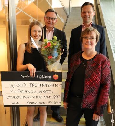 Utvecklingsstipendiet 2017 gick till Py Pasanen, framgångsrik karateutövare och nybliven stipendiat, här omgiven av Sparbanken i Enköpings VD Göran Hedman, Henrik Roempke, chef på Kungsängenkontoret och Catharina Andersson, vice ordförande i Sparbanken Enköping.