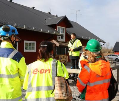 Stefan Håkansson hälsar alla välkomna till Sätra Gård och förklarar agendan för dagen. Med buss ska deltagarna köras till byggplatsen för att bevittna den cermoniella sprängsalvan.