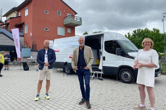 Johan Kyllerman från Mobila Doktorn, Fredrik Kjos, kommunstyrelsens ordförande i Upplands-Bro och Irene Svenonius, finansregionråd i Region Stockholm.