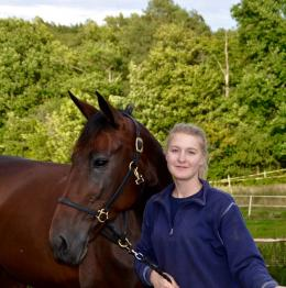 Ida Riesterer från Bro tävlingsdebuterade i V75 i höstas. Här med hästen Zarah Zolide som gjorde gemensam debut med Ida på Hagmyren i Hudiksvall.