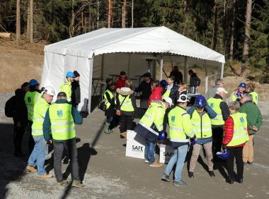 Första spadtaget närmar sig. Politiker, tjänstemän, representanter från Upplands-BroHus samt några närboende har samlats för att högtidligt starta bygget av Parkvägens LSS-boende. Det är entreprenören Heving & Hägglund som bygger.