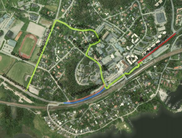 Grön markering = Omledningväg till infartsparkering och centrum. Röd markering = Avstängd bilväg. Blå markering = Skytteltrafik. Orange markering = Avstängd gång och cykelväg.