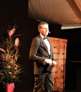 Mikael Tornving gjorde att döma av skrattsalvorna och de muntra tillropen succé i sin roll som konferencier vid Årets Upplands-Brogala.