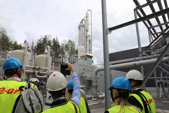 130 grader varmt är det i kammaren som förädlar biogasen. Processen sker i flera steg och restprodukterna som avskiljs tas till vara och återförs till kretsloppet.