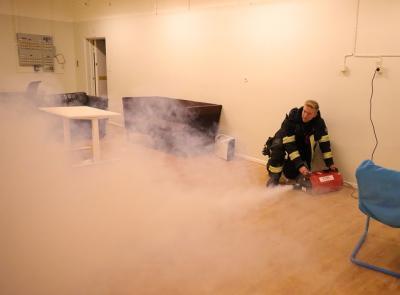 Gusten rökfyller lokalen...