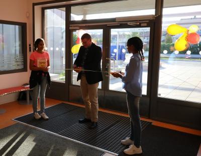 Eleverna Saira och Bitiana höll ibandet när Utbildningsnämndens ordförande klippte bandet på invigningen.