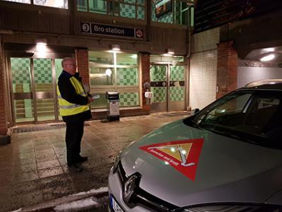 Grannstöd deltog också insatsen. Vid Bro station möttes hemvändande pendlare med information om grannstöd och grannsamverkan.