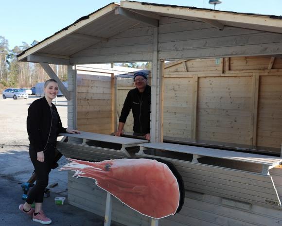 Linnea och Lars testar den tillfälliga friggeboden.