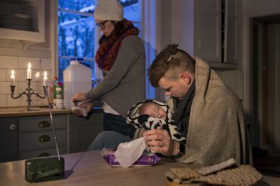 Stearinljus ger också värme vilket är bra om strömmen går när det är kallt ute! En bostad kyls ganska snabbt ner om det stormar utanför så då är extra värmekällor bra. En liten batteridriven radio gör att man kan hålla sig informerad.