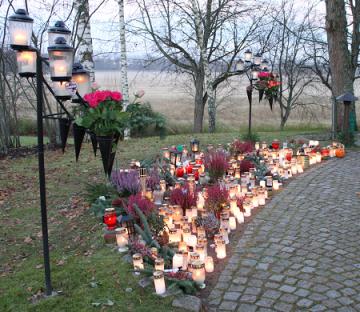 Minneslunden vid Bro kyrka i Allhelgonatid.