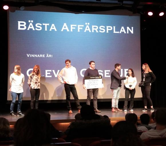 Clever Case UF vann pris för Bästa Affärsplan. Sparbanken Enköing utser vinnaren i den kategorin. Linda Maiorana och Maria Pallinder från Sparbanken delade ut priset.