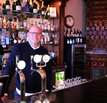 Magnus Ericsson driver Bro Hof Golfrestaurang i Bro. Ett drygt år i egen regi och innan dess ett par år som en del i en kvartett. Det senaste året har restaurangen genomgått en stor förändring - på detaljnivå. För Magnus är alla detaljer viktiga när man skapar en restaurangmiljö med fokus på mat och dryck. Då kan man inte ha \