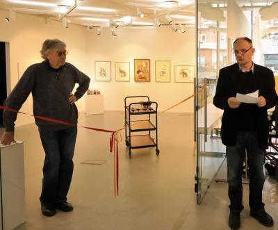 Naser Vukovic invigningstalade när Lasse Åbergs utställning Art's Fun invigdes i Kulturhusets Konsthall i lördags.