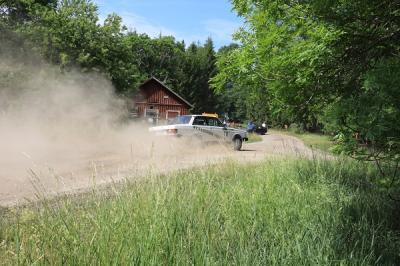 Alldeles för hög fart in i 90-graderskurvan resulterade allt som oftast i ett ordentligt grusmoln och mycket sladd.
