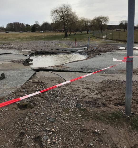 Vattenläckan har orsakat mycket stora skador på Skolvägen i Kungsängen.