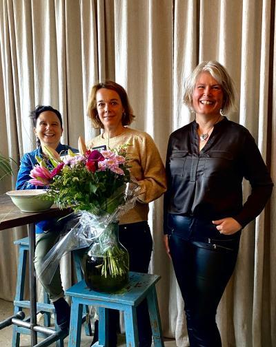 Ebba Horn flankeras av prisutdelarkommitén bestående av Suss Bubini, styrelsemedlem samt Karin Sidén, t f ordförandei Damernas Affärsnätverk.