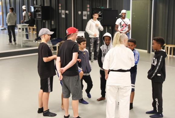 Nina Engqvist instruerar några av adepterna. I bakgrunden syns Iván och Abdinajib som arrangerat drop-in-kursen i självförsvar. Dagens mest användbara självförsvarstips från Nina: Hamna inte i en situation som kräver självförsvar. Lämna platsen innan!
