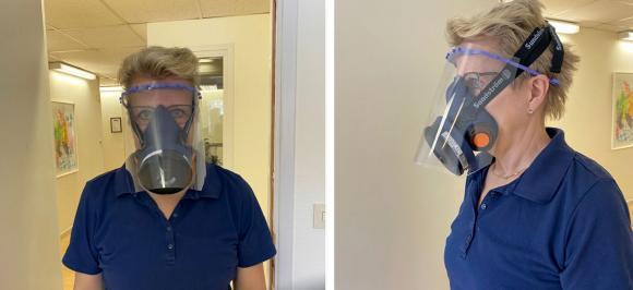 Skyddsvisiret testades på Hälsohuset i Enköping. Det är viktigt att även en andningsmask likväl som eventuella glasögon ryms under visiret.