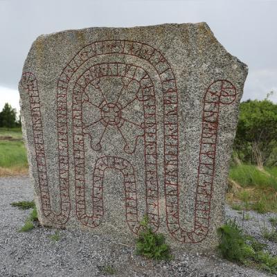 Assurs sten - som hans hustru Ginnlög lät resa i hans ära - kallas även för Brostenen. Det här är en av få runstenar där ordet VIKING finns inristat vilket gör den smått unik.