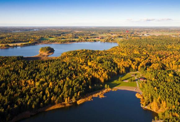 Örnässjön och Lillsjön ligger nära varandra. I förgrunden syns stora badplatsen vid Lillsjön.