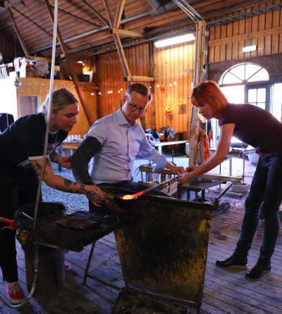 Erika och Ammy guidade Mikael Damberg genom glasblåsandets många och väldigt varma moment.