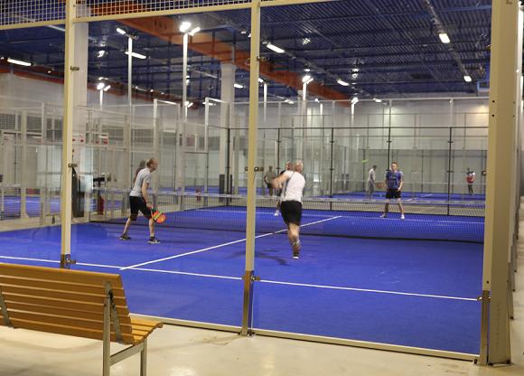 Popup Padel i Brunna har fyra padel-banor. De ser ut som en korsning mellan en tennisbana och en squashglasbur. Även spelet är en korsning mellan squash och tennis där väggarna har en viktig roll i spelet.