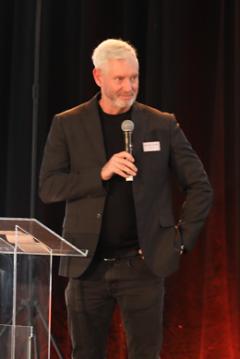 Fredrik Kjos, kommunstyrelsens ordförande i Upplands-Bro, invigningstalade.