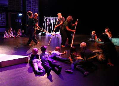 Barnen från Ekbackens förskola fick en före-premiärenvisning av föreställningen Öar. För Ingrid Olterman och hennes ensemble var det första repetitionen inför \