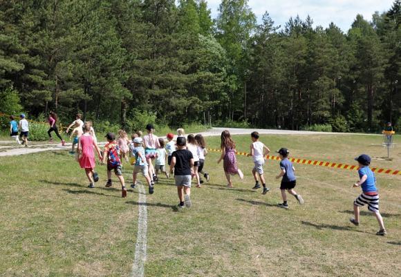 Och så var de iväg! I ett rasande tempo. Tur att stor del av loppet gick i skuggan i skogen för även om det bara var 200 meter långt så är det tufft att springa i över 30 graders värme!