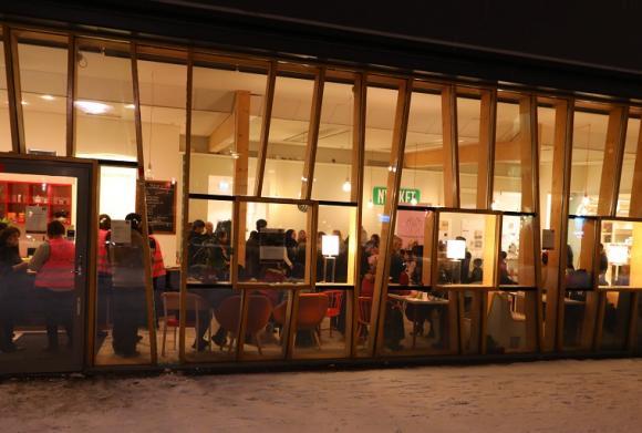 Café Nyfiket ligger i Brohuset. Bilden är från Internationella Kvinnodagen som uppmärksammades där i mars i år.