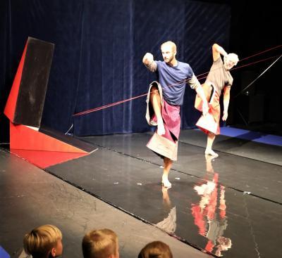 Dansarna Oskar och Måns utforskade ytor och former.