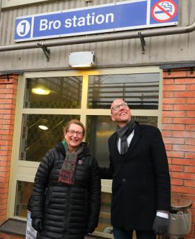 Lisa Edwards, gruppledare i Centern i Upplands-Bro och Gustav Hemming, regionsplanelandstingsråd pratade om kollektivtrafik när Gustav Hemming bjöds på rundtur i Upplands-Bro.