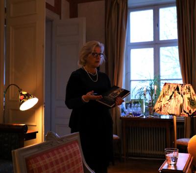 Irène berättar om Almare Stäket, släktgodset som funnits i släkten Seths ägo sedan 1799 då Samuel af Ugglas köpte det.