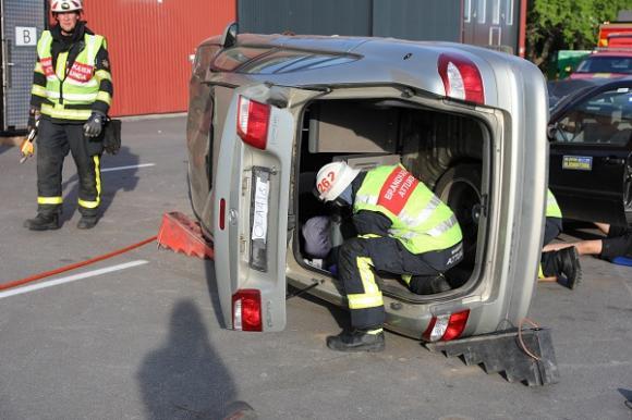 Hur får man bort ett ryggstöd i en liggande bil? Snabb problemlösning måste till. Lyckas de tror de att Robin i baksätet ska kunna tas ut genom bakluckan vilket skulle göra att han snabbare kan få vård i den väntande ambulansen.