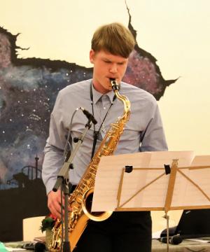 Årets Charlie Normanstipendiat Jonathan Hedberg med saxofonen.