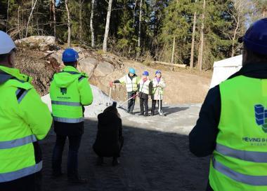 De första spadtagen togs av VDn Jan Hägglund på Heving & Hägglund, byggföretaget som utför uppdraget på Parkvägen, av Tina Teljstedt, (KD), Socialnämndens ordförande, samt av Birgitta Nylund, (S), ordförande i Upplands-BroHus.