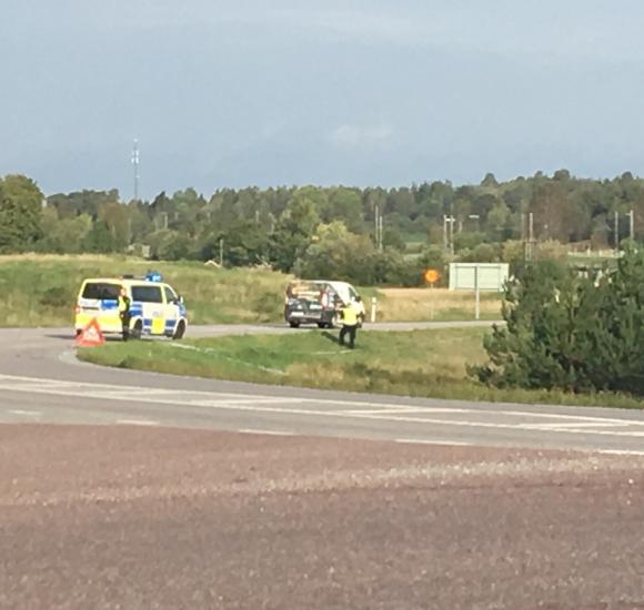 Den tekniska undersökningen av olycksplatsen pågick långt in på morgonen/förmiddagen på måndagen. Bilden är tagen från korsningen Ginnlögs väg/Enköpingsvägen.