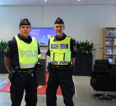 Kommissarie Anders Jacobson och lokalpolischef Jörgen Karlsson bemannade områdeskontoret på dess premiärdag.