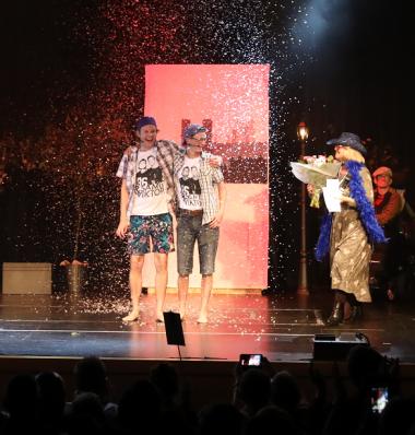 Gamla Häggvikarna,TomasMr PositiveFogelholmochMattias Bjerkestrand, vann deltävlingen i Upplands-Bro i november. Tina Teljstedt, KD, uppvaktar med varsin segerbukett!