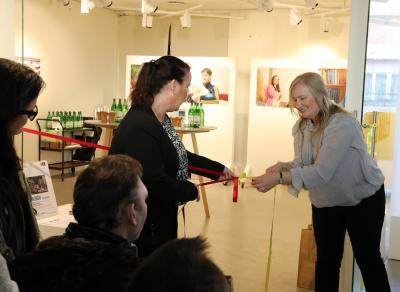 Camilla Jansson och Helena Karlsson knöt upp rosetten och välkomnade därigenom alla nyfikna vernissagedeltagare in i konsthallen.
