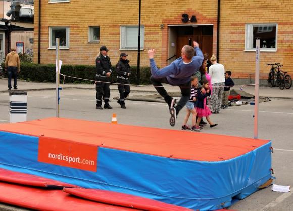 Kungsängens Friidrott lät hugade festdeltagare prova på höjdhopp och att...